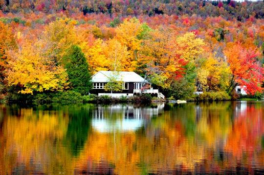 1437105-miroir-d-automne-sur-lac-canadien